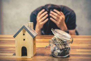Hombre angustiado por deudas