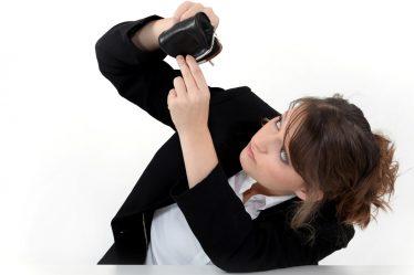 Mujer buscando dinero en su bolso