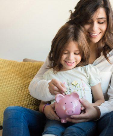 Mujer enseña a ahorrar a su hija