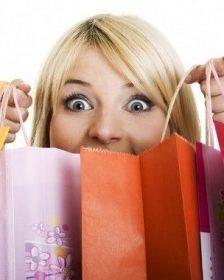 Mujer haciendo gasto excesivo